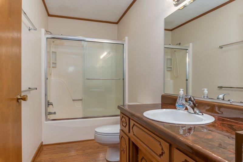 016-Main-Floor-Full-Bath