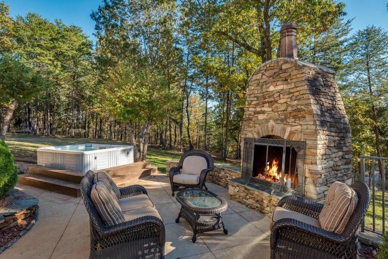 Outdoor-Fireplace-Hot-Tub