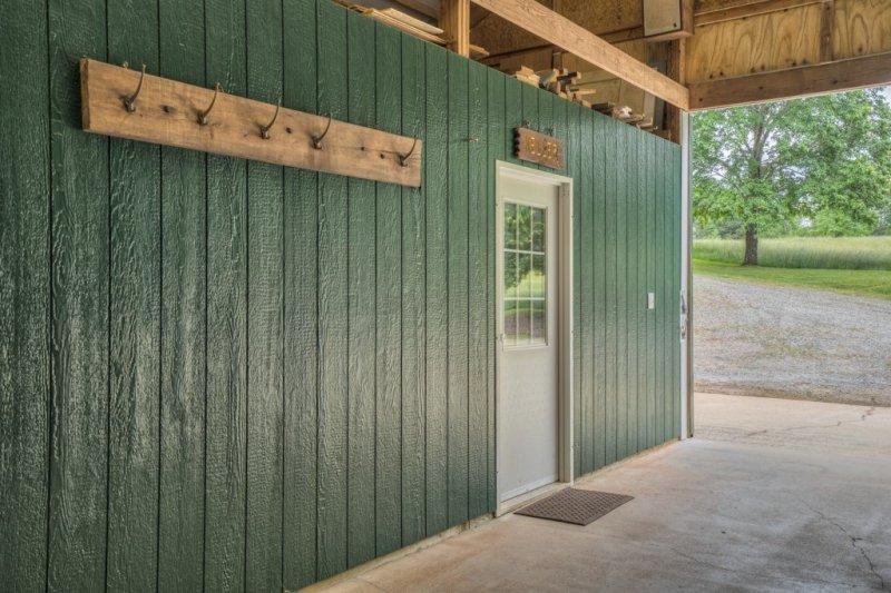 48-Barn-Tackroom-Apt-Entrance