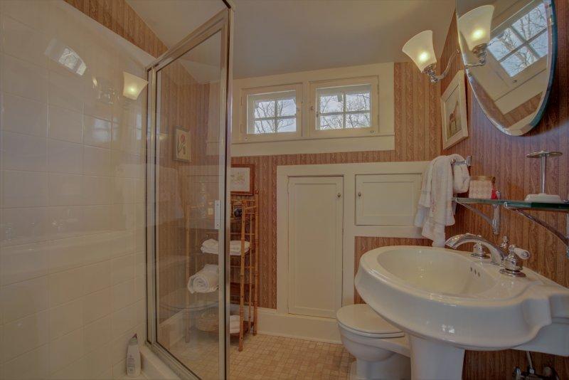 Guest-Suite-Bath